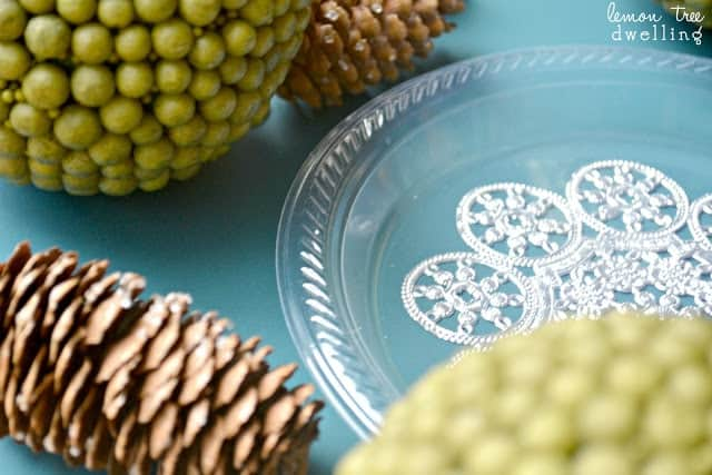 Simple & elegant DIY Holiday Plates - perfect for Christmas!