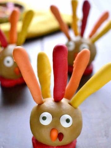 Thanksgiving Cookie Dough Turkeys are simple, delicious, and fun for Thanksgiving! A great dessert recipe for a class party or Thanksgiving dinner.