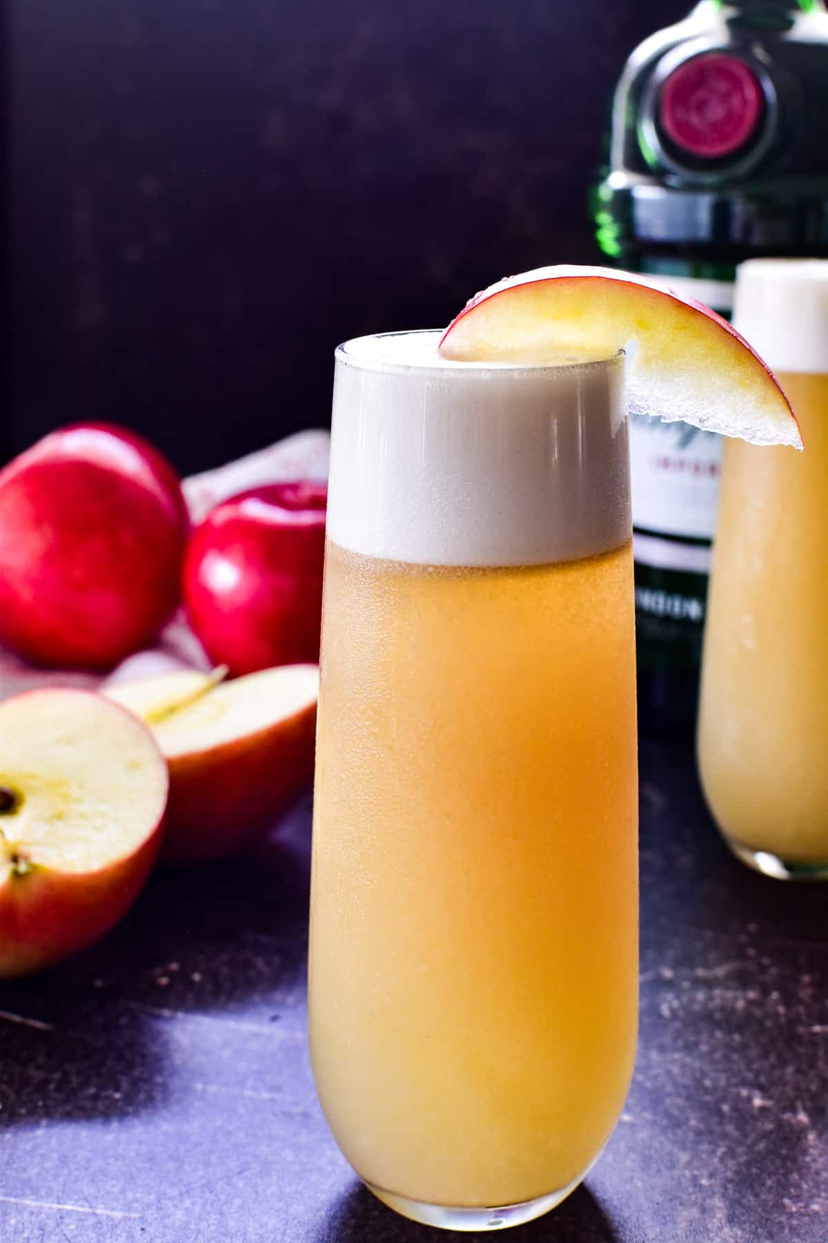Apple Gin Fizz with an apple wedge